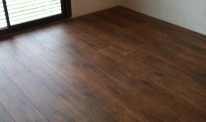 Colocación suelo laminado y escaleras en vivienda particular