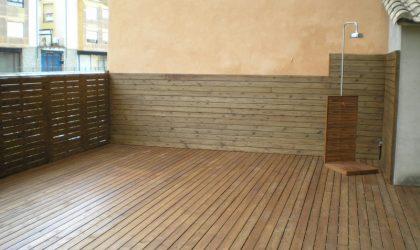 Colocación de tarima de madera y valla en terraza particular