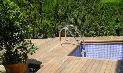 Colocación de tarima de exterior de madera con piscina en terraza particular de Alella