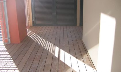Colocación de tarima de madera natural para exteriores en la terraza