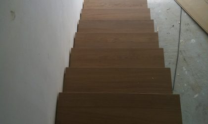 Instalación de escaleras de madera para interior en un dúplex