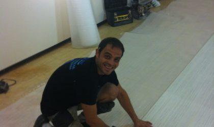 Instalación de suelo laminado en la habitación de una casa particular
