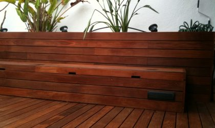 Suelo laminado, tarima de exteriores, vallas y escaleras de madera natural en vivienda particular
