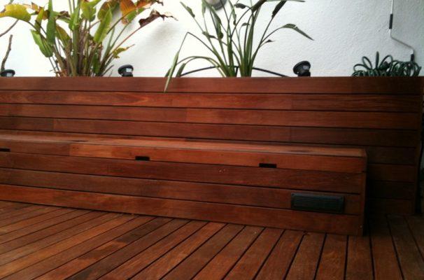 suelo laminado tarima de exteriores vallas y escaleras de madera natural en vivienda particular