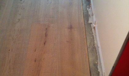 Tarima de madera de gran formato instalada en piso particular