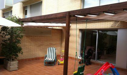 Instalación de pérgola de madera en patio interior de un bajo