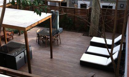 Instalación de una pérgola de madera en un patio interior de Barcelona