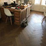 colocación de suelo en espiga en el despacho