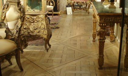 Instalación de suelo mosaico de madera natural en residencia