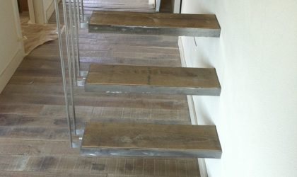 Escalera de madera interior y colocación de tarima de madera maciza en casa particular