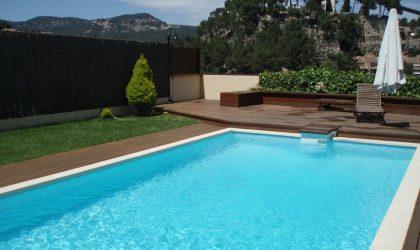 Instalación de tarima de madera y vallas en la terraza con piscina de una casa particular