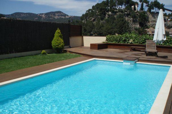 instalacin de tarima de madera y vallas en la terraza con piscina de una casa particular