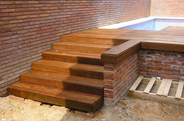 instalacin de tarima en terraza con piscina y escaleras de madera en exterior