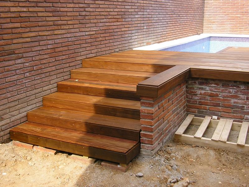 Instalaci n de tarima en terraza con piscina y escaleras - Tarimas de madera para exterior ...