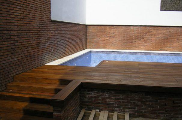 Instalacin de tarima en terraza con piscina y escaleras de madera
