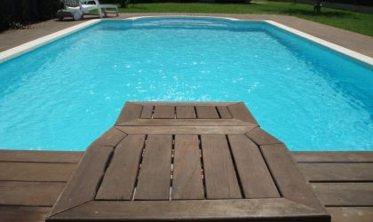 Vallas y tarima de madera de ipe en piscina de Sant Cebrià