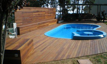 Piscina cubierta con madera de ipe en un jardín de Sant Pol de Mar