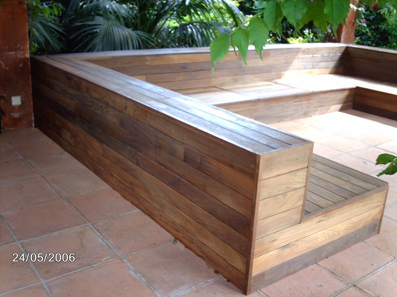 P rgola de madera natural y asientos en exteriores de una for Asientos terraza
