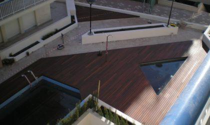 Instalación de piscina con tarima de madera natural en vivienda de Barcelona