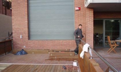 Vallas de tarima de madera natural en terraza interior de vivienda particular