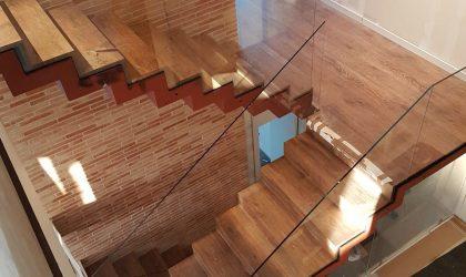 Escalera de madera interior de un dúplex particular