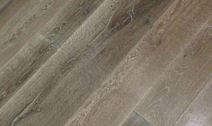 Colocación de suelo de madera de cuatro anchos en dúplex particular