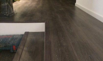 Colocación de suelo laminado en salón y escalera