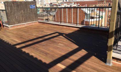 Terraza con ipe y pérgola de pino cuperizado