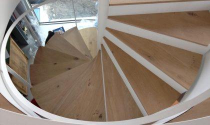 Escalera de madera para interiores en un duplex