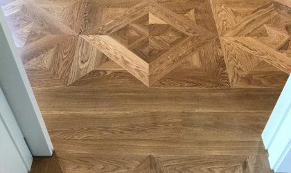 Instalación de parquet cuadrado en salón de piso particular