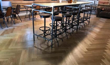 Suelo de madera en espiga para una cafetería