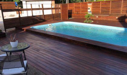 Instalación de tarima de madera para exteriores en una terraza con piscina