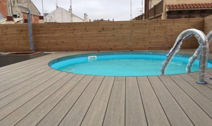 Tarima de madera para ático con piscina en Barcelona